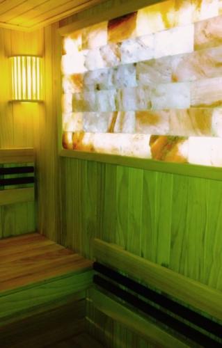 Сауна с вставкой из солевой плитки с подсветкой