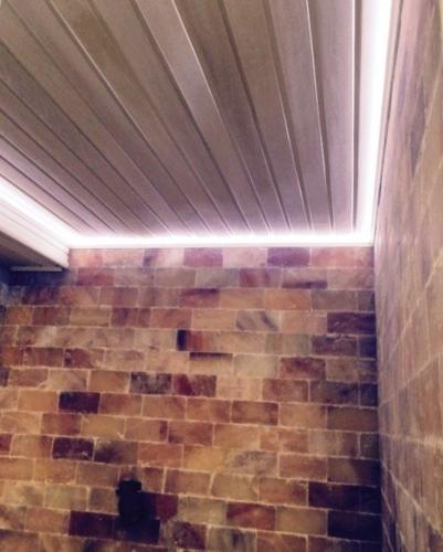 Сауна отделаная плиткой из гималайской соли с подсветкой по периметру