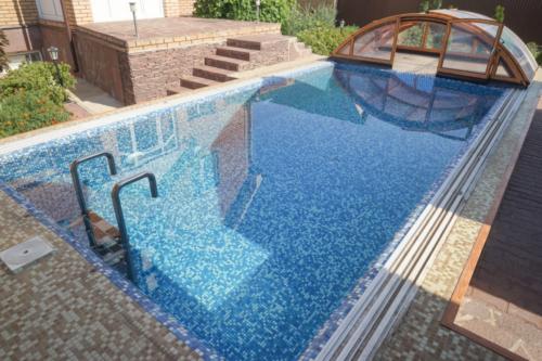 Бетонный бассейн с мозаичной отделкой с павильоном