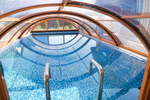 Бетонный бассейн с мозаичной оттделкой с павильоном