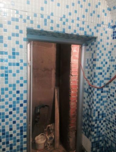 Укладка плитки вокруг дверного проема хамама