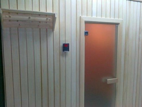 Вход в сауну, панель управления температурой